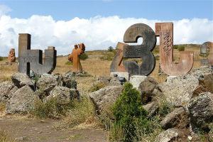 1024px-Armenian_alphabet_001